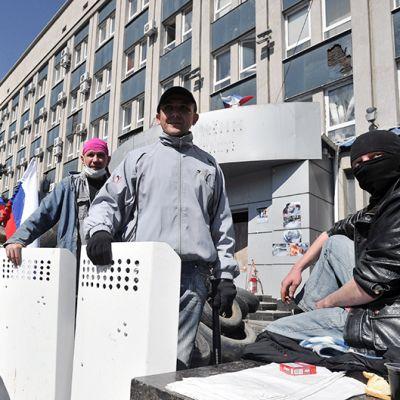 Venäjämieliset päivystävät virastotalon edustalla Luhanskissa.