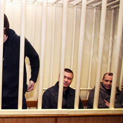Helmikuussa 2009 otetussa valokuvassa näkyy neljä viidestä toimittaja Anna Politkovskajan murhasta epäillyistä miehestä. Kaikki viisi todettiin syyllisiksi vuonna 2006 tehtyyn murhaan.