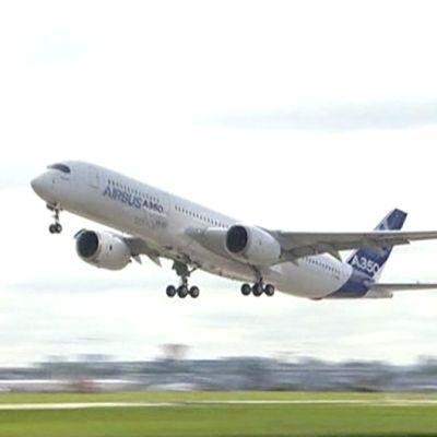Airbus A350 -lentokone ensimmäisellä koelennollaan.
