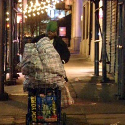 Cynthia-niminen koditon nainen työntämässä ostoskärryjään Brooklynissä.