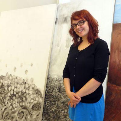Taiteilija Sanna Haimila teostensa äärellä