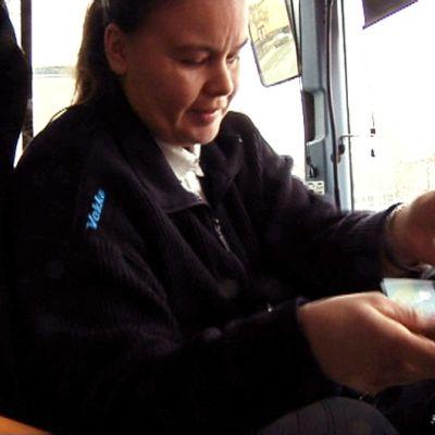 Kuljettaja rahastaa bussimatkustajaa