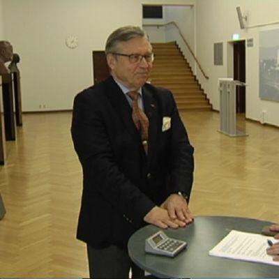 Politiikan avokonttori: Uosukaisen pöydässä Pertti Salolainen