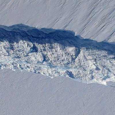 Etelämantereen läntisen Pine Islandin jäätikössä oleva halkeama kuvattuna suoraan ylhäältä päin Nasan IceBridge -tutkimusohjelmaan kuuluvasta DC-8 -koneesta.