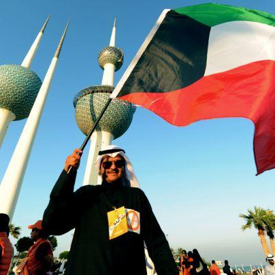 Mielenosoittaja heilutti Kuwaitin lippua maan pääkaupungissa perjantaina 30. marraskuuta, vaaleja edeltävänä päivänä