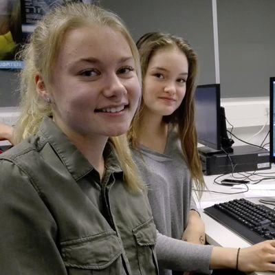Yläkoululaiset Emmi Mäkinen ja Vilma Palomäki atk-luokassa