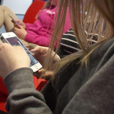 Nuori käyttää älypuhelinta.