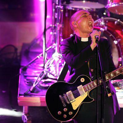 Sinead O'Connor esiintymässä Carthage Jazz -festivaaleilla.