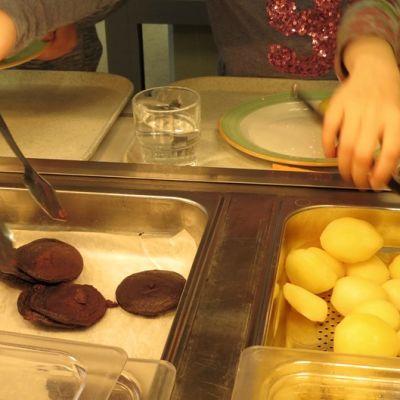 Koululaisia ottamassa ruokaa.
