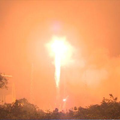 Kuvassa Soyud-raketin laukaisu. Raketti kuljettaa kaksi Galileo satelliittia maan kiertoradalle.