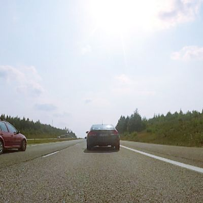 Autoja moottoritiellä.