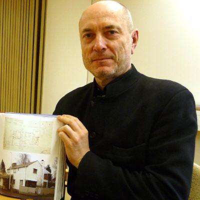 Rurik Wasastjerna esittelee kirjaansa.