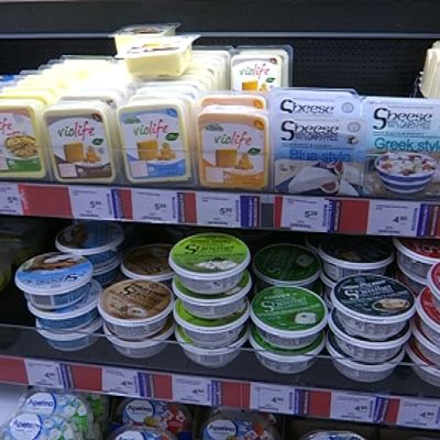 Vegaanisia juustokkeita kaupan hyllyssä