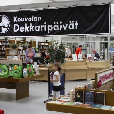 Dekkaripäivien juliste roikkuu Kouvolan kirjaston katosta