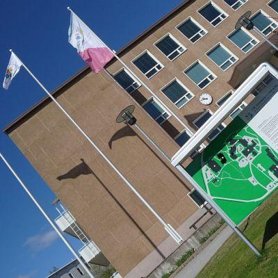 Liput liehuvat yhä Savonlinnan kampuksella.