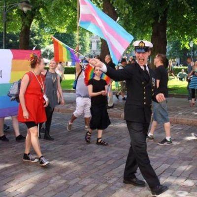 Ylikersantti Juho Pylvänäinen marssi virkaunivormussaan Helsinki-Pridessa 2. heinäkuuta.