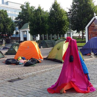 Telttakylä heräilee Hämeenlinnan torilla
