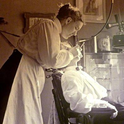 Hammaslääkäri Carin Johanson työssään 1900-luvun alussa
