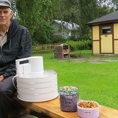 Tuomo Kajosmäki omalla pihallaan