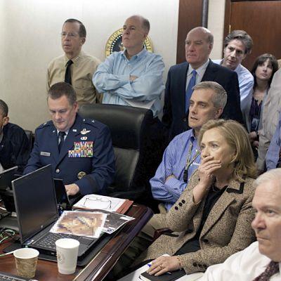 Valkoisen talon henkilökunta seuraa jännittyneenä raportointia erikoisjoukkojen iskusta, jonka tarkoituksena on surmata Osama Bin Laden Pakistanissa 1. toukokuuta 2011.