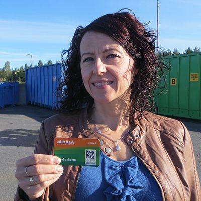 Jätekeskus Jäkälän tiedottaja Satu Keski-Antilan kädessä on uusi asiakaskortti.