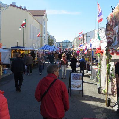 Väkeä Tornion suurmarkkinoilla.