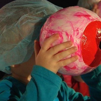 Lapsi katsoo lelusilmän läpi.
