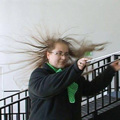naisen hiukset pystyssä