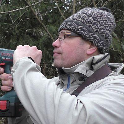 Pesäpöntön suuaukkoon kiinnitetään metallilätkä oravien takia.
