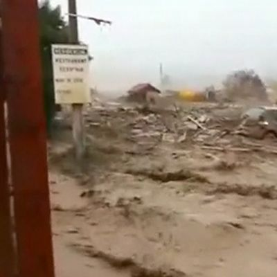 Valtavalla voimalla edennyt tulvavesi kuljettaa mukanaan autoja, taloja sekä muuta rojua Chanaralin kaupungin halki.