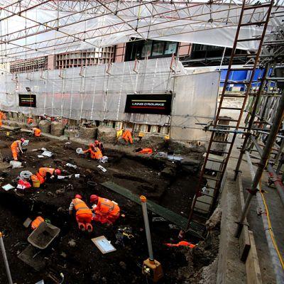 Arkeologeja Liverpool Streetin aseman kaivuupaikalla.