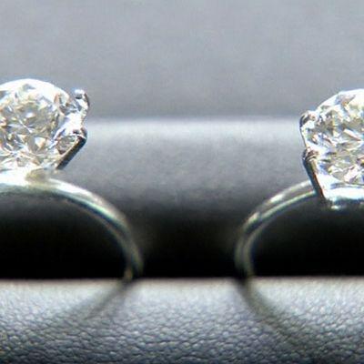 Vasemmalla yhdysvaltalaisyhtiön valmistama keinotekoinen kolmen karaatin kokoinen timantti ja oikealla vastaavanlainen luonnollinen timantti.