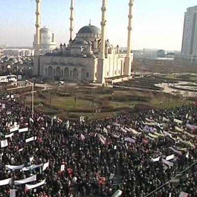 Satojatuhansia mielenosoittajia Groznyissa Charlie Hebdon -vastaisessa mielenosoituksessa.