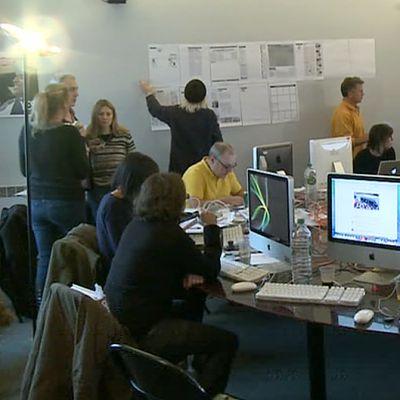 Ihmisiä toimistossa.