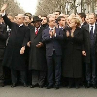 Maailman johtajia marssimassa Pariisin uhrien muistomarssilla.
