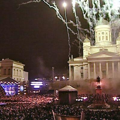 Helsingin Senaatintorilla vuoden vaihtumista juhli poliisin mukaan yli 30 000 ihmistä.