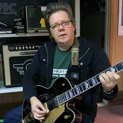 Harri Koski soittaa kitaraa