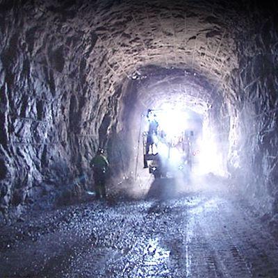 tunnelia louhitaan peruskalliossa