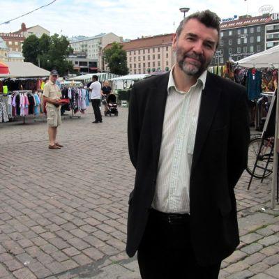 Kauko Röyhkä Turun kauppatorilla.