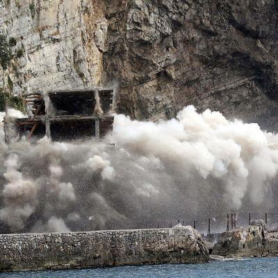 Keskeneräinen rantahotelli räjäytetään maan tasalle.