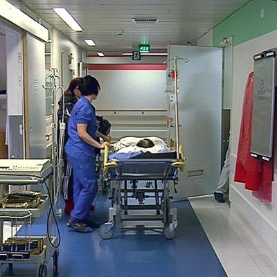 Ihmisiä sairaalan käytävällä.