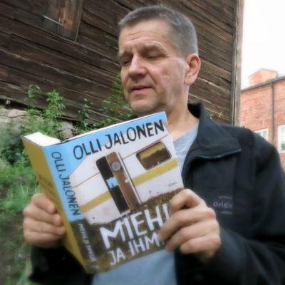 Olli Jalonen lukee kirjaansa Miehiä ja ihmisiä