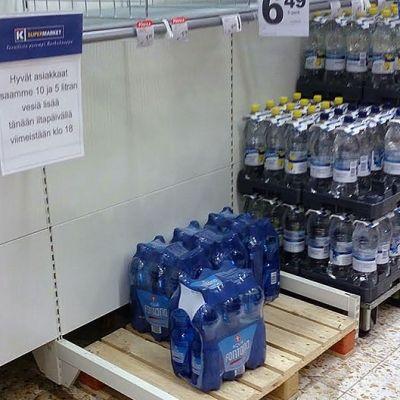 Pullovesihylly Turengin K-Supermarketissa Janakkalassa
