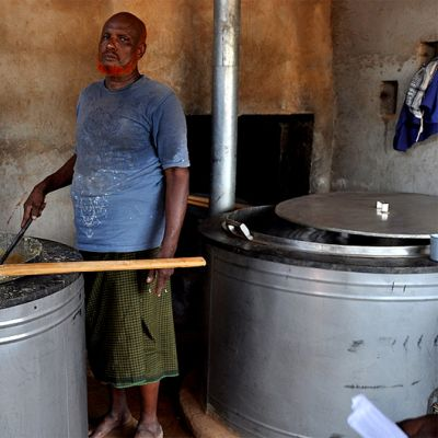 Leirillä asuva mies Maailman ruokaohjelma WFP:n järjestämän kouluruokalan keittiössä.