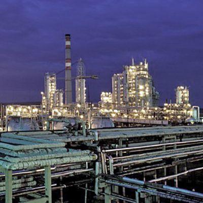 Öljynjalostamo yövalaistuksessa Itä-Siperiassa
