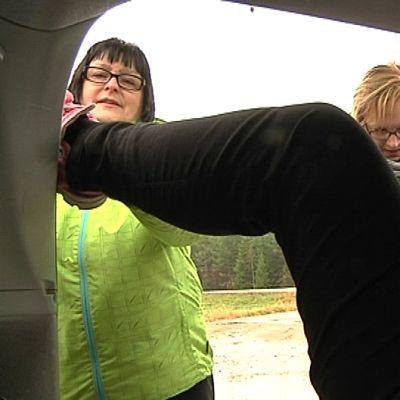 Synnytysnäytös autossa