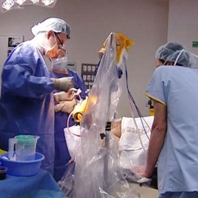 Parkinsonin taudista kärsivän potilaan aivoihin asennetaan leikkauksessa eräänlaista tahdistinta, joka helpottaa oireita.