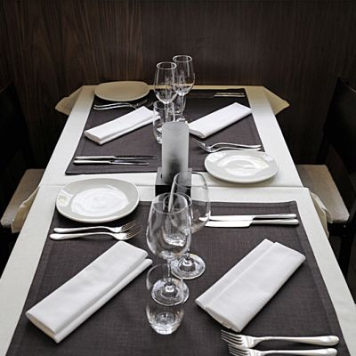 Katettu ravintolan pöytä