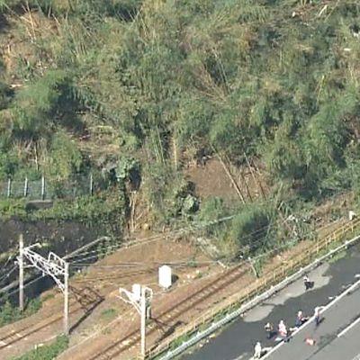 Taifuuni Phanfonen sateiden aiheuttama maanvyöry katkaisi luotijunaliikenteen Osakan ja Tokion välillä. Pelastushenkilöstöä vyörypaikalla.