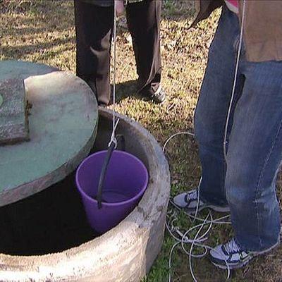 Ampärillä nostetaan vettä kaivosta.